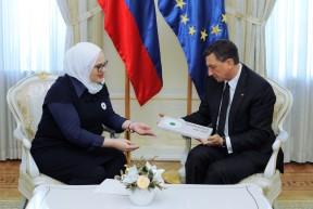 Predsednik republike Borut Pahor je vročil častno pokroviteljstvo nad dogodki ob obeleževanju spomina ob 20. obletnici genocida v Srebrenici.